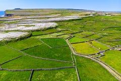 Εναέρια άποψη Inishmore ή Inis Mor, ο μεγαλύτερος των νησιών Aran Galway στον κόλπο, Ιρλανδία Στοκ εικόνα με δικαίωμα ελεύθερης χρήσης