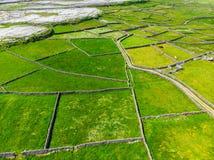 Εναέρια άποψη Inishmore ή Inis Mor, ο μεγαλύτερος των νησιών Aran Galway στον κόλπο, Ιρλανδία Στοκ φωτογραφίες με δικαίωμα ελεύθερης χρήσης