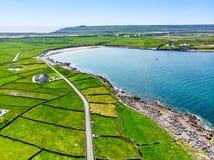 Εναέρια άποψη Inishmore ή Inis Mor, ο μεγαλύτερος των νησιών Aran Galway στον κόλπο, Ιρλανδία Στοκ φωτογραφία με δικαίωμα ελεύθερης χρήσης
