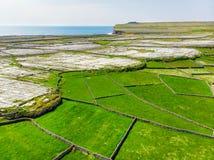 Εναέρια άποψη Inishmore ή Inis Mor, ο μεγαλύτερος των νησιών Aran Galway στον κόλπο, Ιρλανδία Στοκ Εικόνα