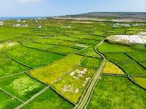 Εναέρια άποψη Inishmore ή Inis Mor, ο μεγαλύτερος των νησιών Aran Galway στον κόλπο, Ιρλανδία Στοκ Φωτογραφία