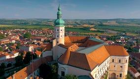 Εναέρια άποψη Mikulov Castle και παλαιό πόλης κέντρο Mikulov, νότια Μοραβία, Δημοκρατία της Τσεχίας φιλμ μικρού μήκους