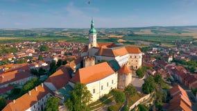 Εναέρια άποψη Mikulov Castle και παλαιό πόλης κέντρο Mikulov, νότια Μοραβία, Δημοκρατία της Τσεχίας απόθεμα βίντεο