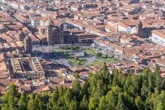 Εναέρια άποψη Plaza de Armas, Cusco, και των βουνών των Άνδεων στο Περού μέχρι την ημέρα Στοκ Εικόνα