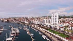 Εναέρια άποψη Ponta Delgada από τη μαρίνα, Σάο Miguel, Αζόρες, Πορτογαλία Γιοτ κατά μήκος των αποβαθρών λιμένων φιλμ μικρού μήκους