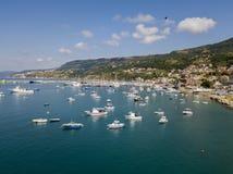 Εναέρια άποψη sailboats και των δεμένων βαρκών Βάρκες που δένονται στο λιμένα της μαρίνας Vibo, αποβάθρα, αποβάθρα Στοκ Εικόνες