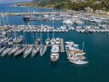 Εναέρια άποψη sailboats και των δεμένων βαρκών Βάρκες που δένονται στο λιμένα της μαρίνας Vibo, αποβάθρα, αποβάθρα Στοκ Εικόνα