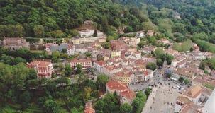 Εναέρια άποψη Sintra κοντά στη Λισσαβώνα, με το εθνικό παλάτι και το μαυριτανικό φρούριο επάνω στο βουνό Πορτογαλία απόθεμα βίντεο