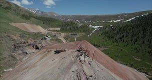 Εναέρια άποψη standin ατόμων στην κορυφή του ορυχείου στα βουνά φιλμ μικρού μήκους