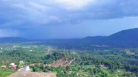 Εναέρια άποψη Thundercloud που πλησιάζει το τροπικό νησί απόθεμα βίντεο