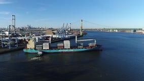 Εναέρια άποψη Tugboat του βοηθώντας ποταμού του Ντελαγουέρ φορτηγών πλοίων Στοκ Εικόνα