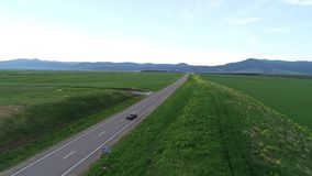 Εναέρια έρευνα μαύρο αυτοκίνητο που κινείται κατά μήκος της εθνικής οδού ατελείωτος ορίζοντας απόθεμα βίντεο