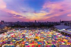 Εναέρια αγορά νύχτας πόλεων της Μπανγκόκ άποψης με την ομορφιά μετά από το υπόβαθρο ουρανού ηλιοβασιλέματος Στοκ Φωτογραφία