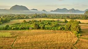 Εναέρια αγροτική άποψη ανατολής κοιλάδων βουνών φιλμ μικρού μήκους