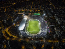 Εναέρια αιθάλη του συνόλου σταδίων Toumba των ανεμιστήρων κατά τη διάρκεια ενός ποδοσφαίρου Στοκ Εικόνες
