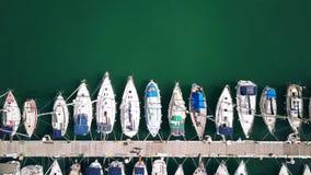 Εναέρια από επάνω προς τα κάτω άποψη ελλιμενισμένα sailboats στη μαρίνα απόθεμα βίντεο