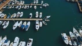 Εναέρια βάρκες και γιοτ μήκους σε πόδηα στο λιμάνι Tivat Μαυροβούνιο απόθεμα βίντεο