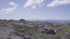 Εναέρια γραμμή ακτών και βουνά 4k απόθεμα βίντεο