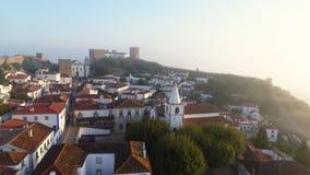 Εναέρια γραφική πορτογαλική πόλη άποψης το ηλιόλουστο και ομιχλώδες πρωί φιλμ μικρού μήκους
