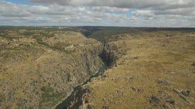 Εναέρια γλιστρώντας κάμερα άποψης στον απότομο βράχο Duero στον ποταμό, Ισπανία φιλμ μικρού μήκους