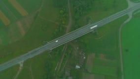 Εναέρια διαδρομή αυτοκινήτων άποψης κατά μήκος της περιοχής επαρχίας Η υδρονέφωση και η ομίχλη λιώνουν Όμορφα εθνική οδός και αυτ απόθεμα βίντεο