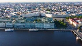 Εναέρια εικονική παράσταση πόλης άποψης του κέντρου πόλεων, τετράγωνο παλατιών, μουσείο κρατικών ερημητηρίων, ποταμός Neva Ορίζον στοκ εικόνες με δικαίωμα ελεύθερης χρήσης