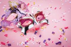 Εναέρια εικόνα άποψης επιτραπέζιων κορυφών της όμορφης μάσκας καρναβαλιού ζευγών Στοκ Εικόνες