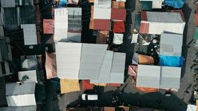 εναέρια εικόνα κηφήνων της αγοράς πόλεων πρωινού με τις ζωηρόχρωμες σκηνές που κοιτάζουν κάτω στοκ εικόνες με δικαίωμα ελεύθερης χρήσης