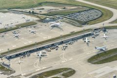 Εναέρια εικόνα των αεροπλάνων στα τερματικά στον αερολιμένα του Orly στοκ εικόνες
