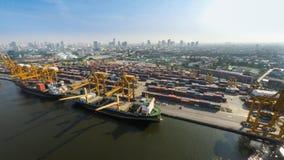 Εναέρια εικόνα των φορτηγών πλοίων στο θαλάσσιο λιμένα Στοκ εικόνα με δικαίωμα ελεύθερης χρήσης