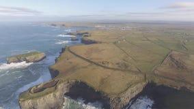 Εναέρια επικεφαλής χερσόνησος βρόχων στη δύση Clare, Ιρλανδία Κομητεία Clare, Ιρλανδία παραλιών Kilkee Διάσημα παραλία και τοπίο  απόθεμα βίντεο