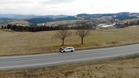 Εναέρια επισκευή αυτοκινήτων άποψης στο δρόμο στα βουνά Ο οδηγός άνοιΠαπόθεμα βίντεο