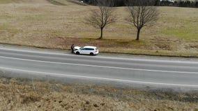 Εναέρια επισκευή αυτοκινήτων άποψης στο δρόμο στα βουνά Ο οδηγός άνοιξε την κουκούλα του αυτοκινήτου απόθεμα βίντεο