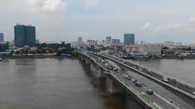Εναέρια ευρεία άποψη της ασιατικής πόλης με τη γέφυρα στο πρώτο πλάνο  η γέφυρα είναι κάτω από την κατασκευή φιλμ μικρού μήκους