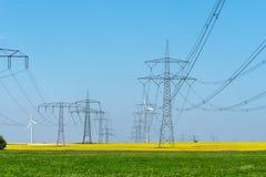 Εναέρια ηλεκτροφόρα καλώδια στους τομείς στοκ εικόνες
