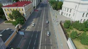 Εναέρια κάθετη άποψη της κυκλοφορίας αυτοκινήτων στο δρόμο πόλεων απόθεμα βίντεο