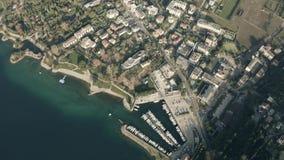 Εναέρια κάτω άποψη της πόλης Riva del Garda και μαρίνα στη λίμνη Garda Sudtirol, Ιταλία απόθεμα βίντεο