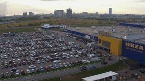 Εναέρια κίνηση αυτοκινήτων άποψης κατά μήκος του σύγχρονου χώρου στάθμευσης στο κέντρο της IKEA απόθεμα βίντεο