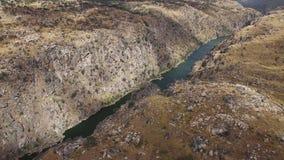 Εναέρια κατεβαίνοντας κάμερα άποψης στον απότομο βράχο Duero στον ποταμό, Ισπανία φιλμ μικρού μήκους