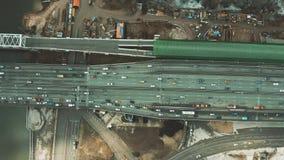 Εναέρια κορυφή κάτω από την άποψη της εθνικής οδού πόλεων, του σταθμού σιδηροδρόμου και της περιοχής οδοποιίας απόθεμα βίντεο