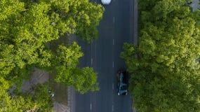 Εναέρια κορυφή πτήσης κηφήνων κάτω από την άποψη αυτοκινητόδρομων της πολυάσχολης πόλεων εθνικής οδού κυκλοφοριακής συμφόρησης ώρ στοκ φωτογραφία