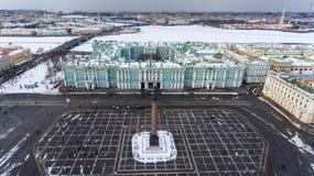 Εναέρια μπροστινή άποψη στο κτήριο χειμερινών παλατιών, εξωτερικό με το τετράγωνο παλατιών και στήλη Aleksandr στη χειμερινή εποχ Στοκ φωτογραφία με δικαίωμα ελεύθερης χρήσης
