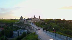 Εναέρια μπροστινή άποψη του Castle Πτήση πέρα από το όμορφο κάστρο απόθεμα βίντεο