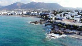 Εναέρια μύγα επάνω πέρα από την παραλία, την μπλε θάλασσα και τα ξενοδοχεία, Κρήτη, Ελλάδα φιλμ μικρού μήκους