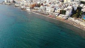 Εναέρια μύγα κατά μήκος της παραλίας πόλεων, της θάλασσας και των ξενοδοχείων το φωτεινό ηλιόλουστο πρωί, Κρήτη, Ελλάδα απόθεμα βίντεο
