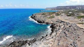 Εναέρια μύγα πέρα από την μπλε θάλασσα και τη δύσκολη παραλία, Κρήτη, Grece απόθεμα βίντεο