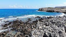 Εναέρια μύγα πέρα από τη δύσκολη παραλία και την μπλε θάλασσα, Κρήτη, Ελλάδα φιλμ μικρού μήκους