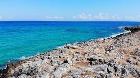 Εναέρια μύγα πέρα από τη δύσκολη παραλία, τις πυραμίδες πετρών και την μπλε θάλασσα, Κρήτη, Ελλάδα φιλμ μικρού μήκους