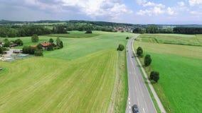 Εναέρια οδήγηση αυτοκινήτων άποψης στην εθνική οδό φιλμ μικρού μήκους