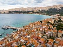 Εναέρια πανοραμική άποψη της πόλης Baska, δημοφιλής τουριστικός προορισμός σχετικά με το νησί Krk, Κροατία, Ευρώπη στοκ εικόνα